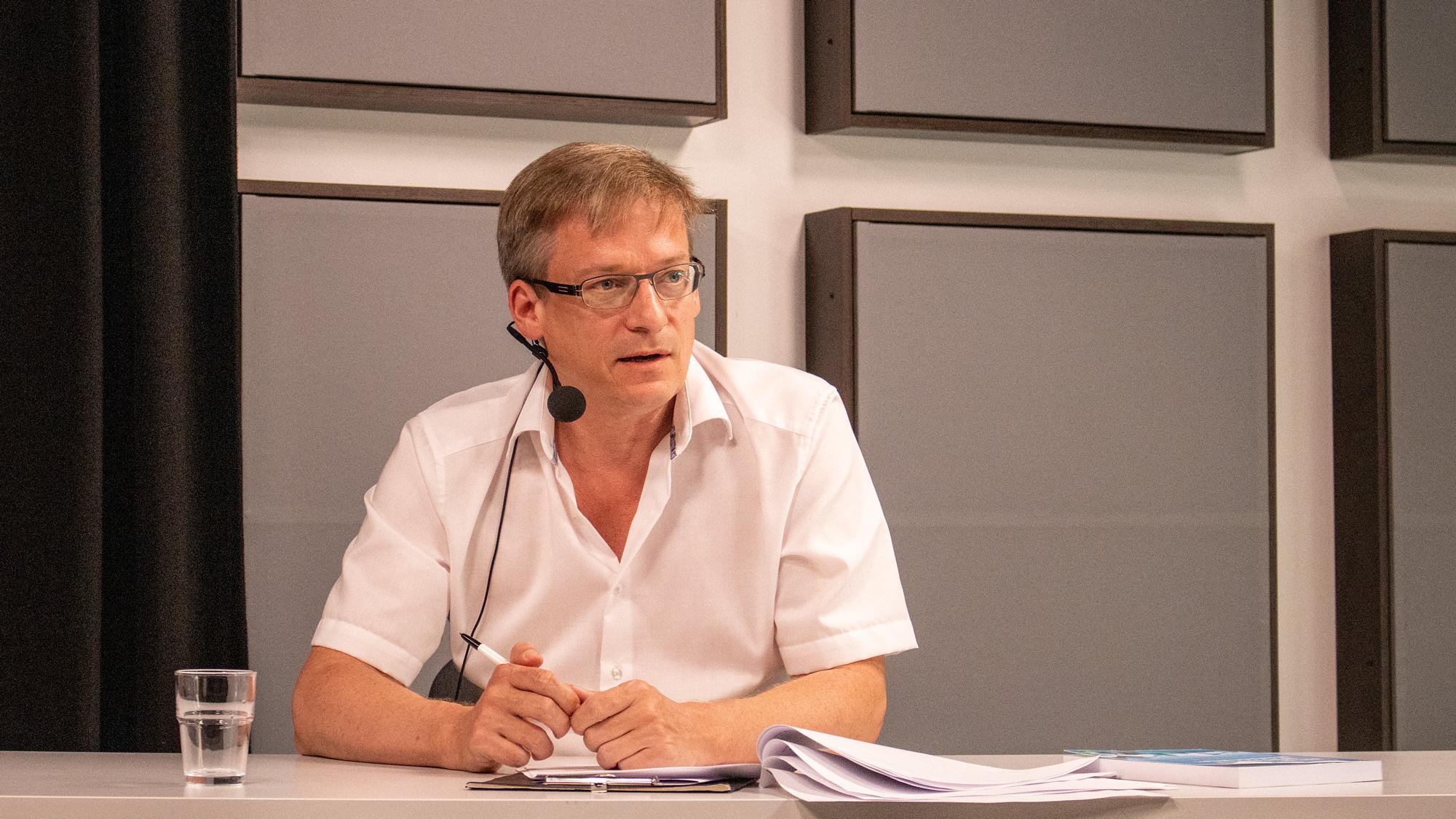 Prof. Dr. Henning Breuer in der Diskussion zur Langen Nacht der Wissenschaft 2020
